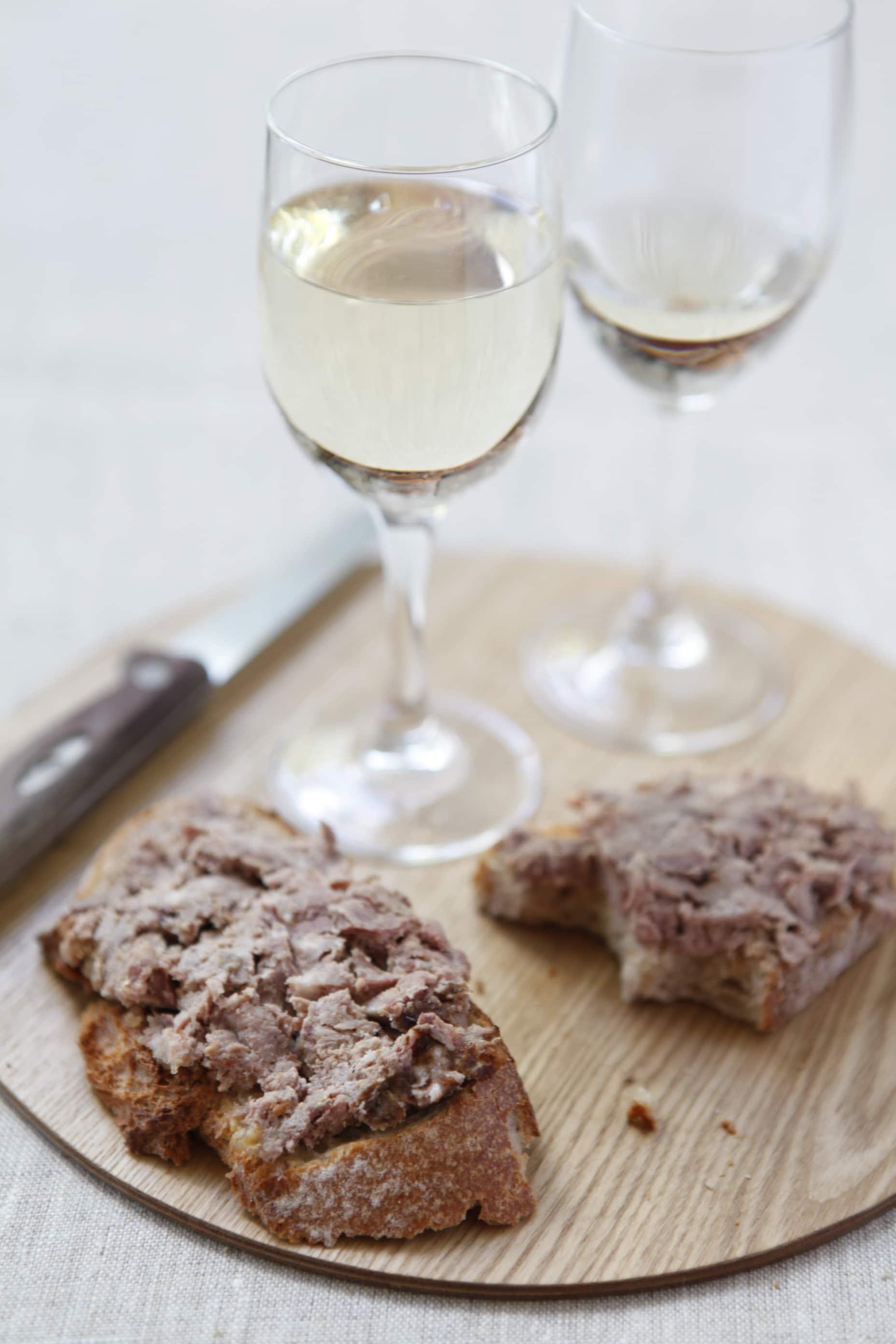 pâté de campagne avec verre de vin blanc
